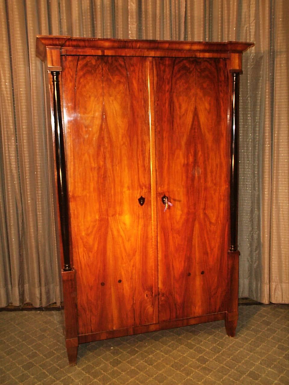 2 t riger nussbaum schrank antike m bel antiquit ten restauration bracciali m nchen. Black Bedroom Furniture Sets. Home Design Ideas