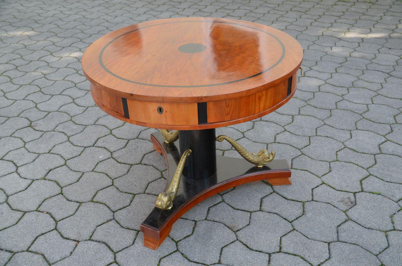Tisch (Stielmöbel)